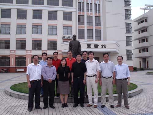 我校领导与宾阳中学领导合影于宾阳中学图书馆前-合作交流 共促发展图片